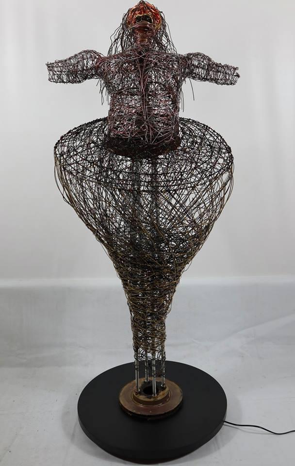 Fabio D'Agostino - Deus eX Machina - Tecnica mista (ferro cotto smaltato e bronzato con pigmenti metallici, alluminio) - 60 x 60 x 150 cm. - 2018